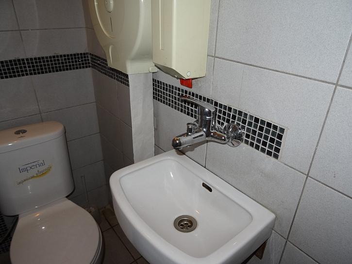 Antikutil - trubky v koupelně vedou pod mozaikou