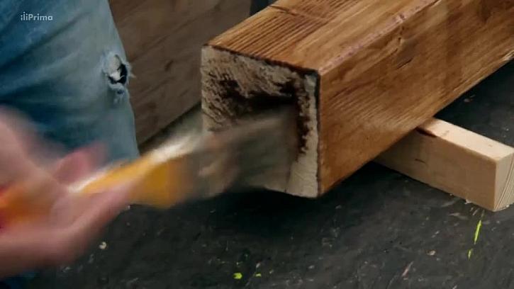 Natírání dřevěného hranolu