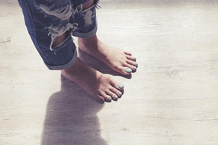Dřevěná podlaha sama o sobě není pocitově nikdy studená.
