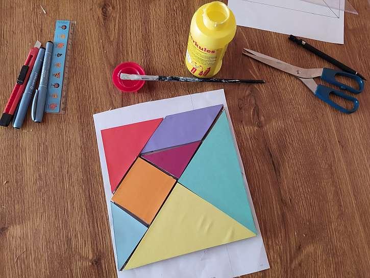 Barevný tangram nalepený na lepence