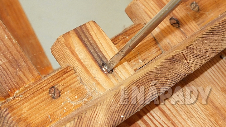 Jak opravit starou židli v selském stylu: nejprve ji rozložíme