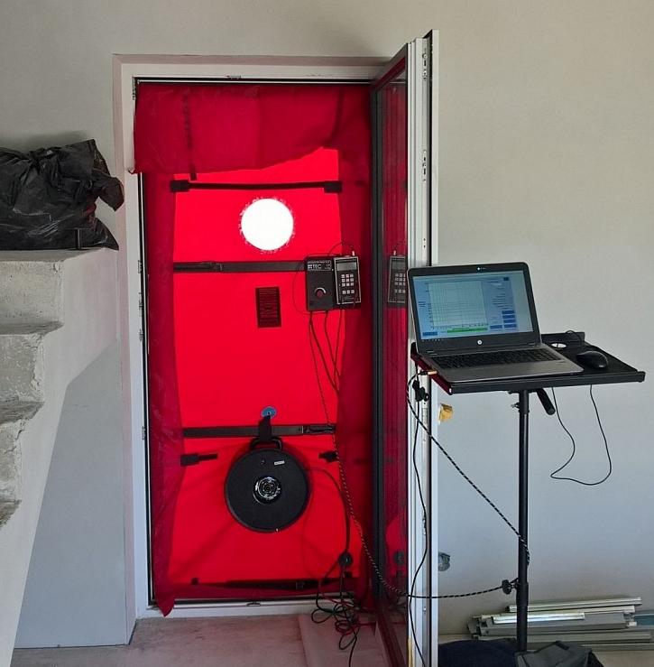 HELUZ nabízí široké veřejnosti změření vzduchotěsnosti obálky domu z cihel HELUZ pomocí Blower door testu