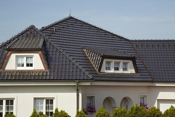Jednoduchý tvar tašky Stodo 12 podtrhuje výsledný elegantní vzhled střechy. Na obrázku v provedení glazura břidlicově hnědá.