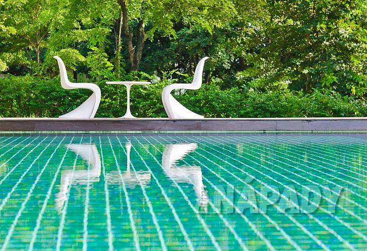 Netradiční židle k bazénu