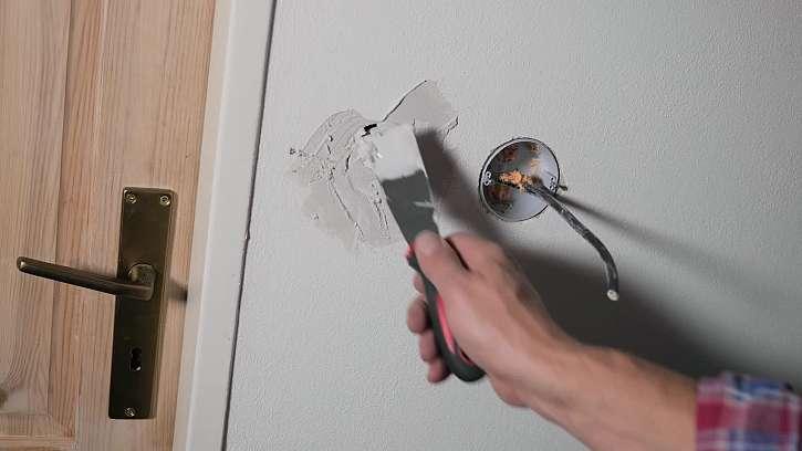 Původní otvor pro vypínač zasádrujeme