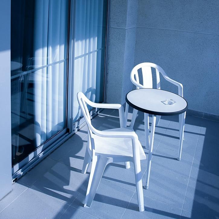Plastové židličky jsou levnou variantou, dlouhodobé teplo jim ale nesvědčí