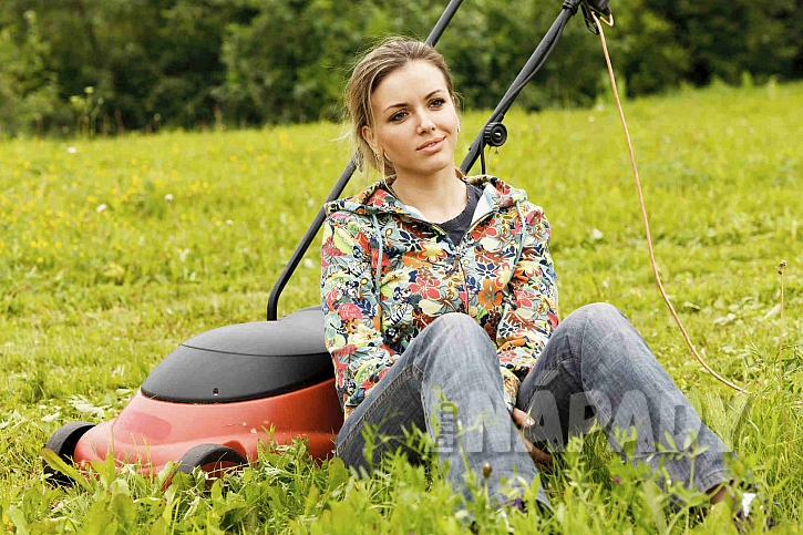 Sekání trávy může zvládnout i žena, pokud má vhodný stroj (Zdroj: Depostiphotos.comú