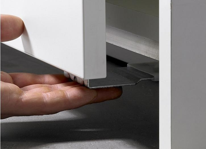 S TopLine L je montáž a zavěšení dveří jednoduchá: dveře jednoduše zavěste na nosný profil a vodící prvky zaveďte do dolního profilu.