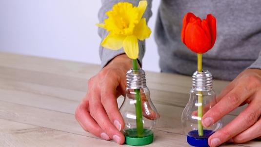 Jak udělat ze staré žárovky novou vázu na jeden květ