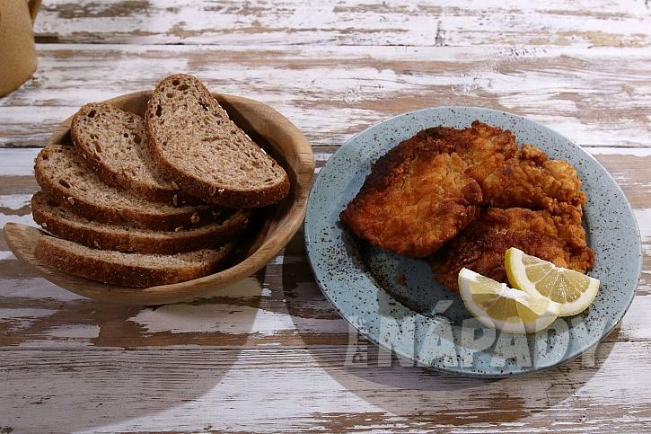 Naservírovaný řízek s chlebem