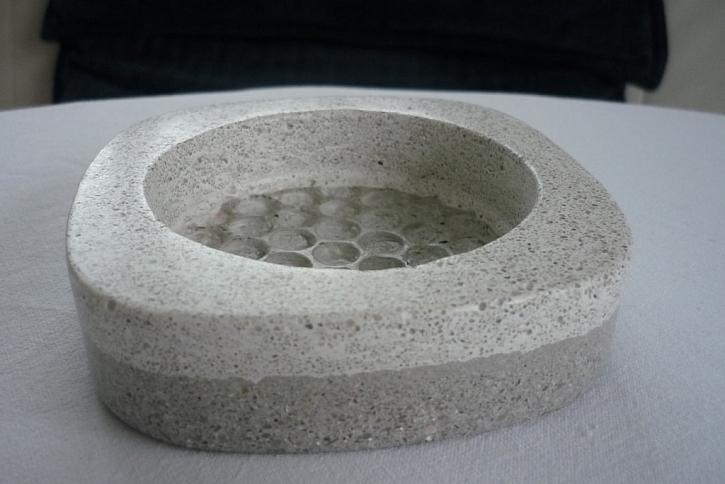 Co se zbylým cementem? Vytvořte z něj šperky, sošky a doplňky.