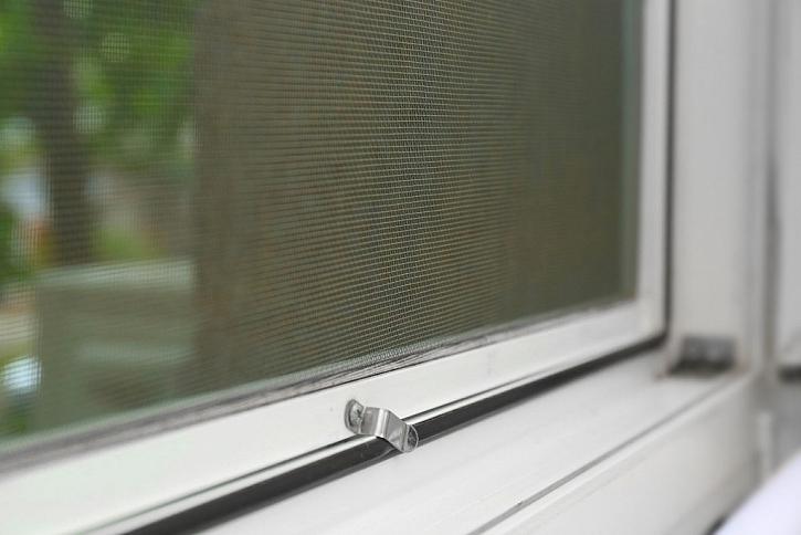 Sítě do oken na pevném rámu připevníte pomocí háčku