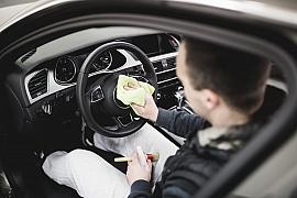 Jak si zkrátit čas v automyčce? Rychlý úklid interiéru auta za 10 minut