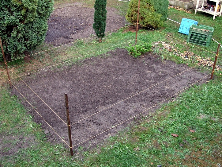 Větší plochu je vhodné ohraničit, aby se předešlo zbytečnému ušlapávání než se trávník zacelí