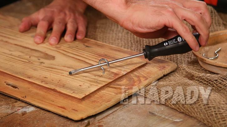 Postup výroby lucerny ze sklenice: zezadu prkna přibijeme očka