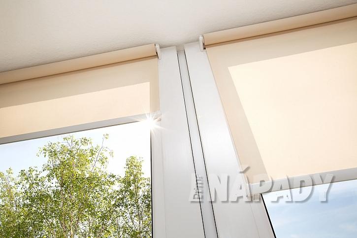 Chraňte svá okna před UV zářením třeba hustými roletami (Zdroj: depositphotos.com)