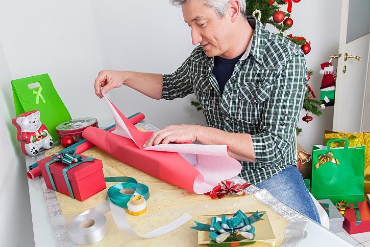 Muž balící dárky