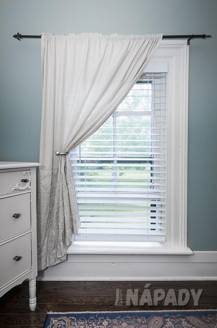 Okno s roletami a záclonou