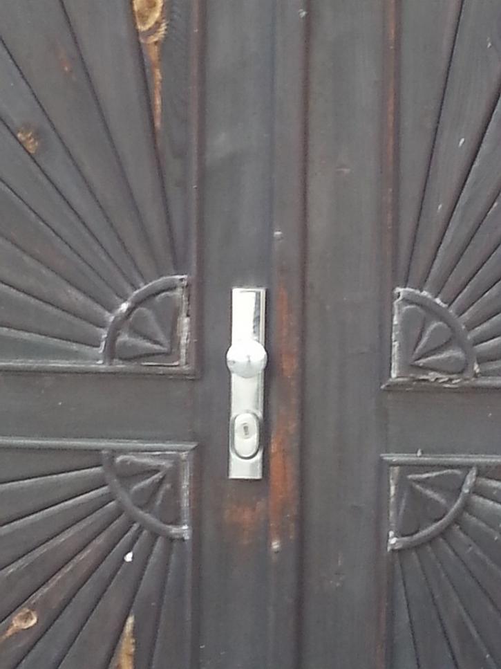 Antikutil - stačí maličkost a dveře jsou hned poškozené
