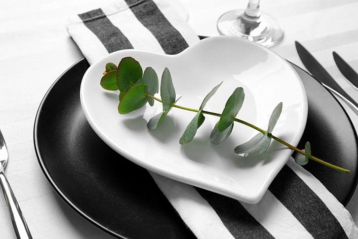 I minimalisticky prostřená tabule může být slavnostní.