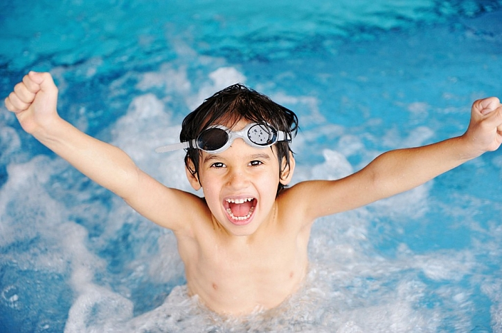 Děti vodu a koupání milují a nad riziky si hlavu nelámou