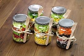 Jak si doma připravíme chutný zavařený zeleninový salát?