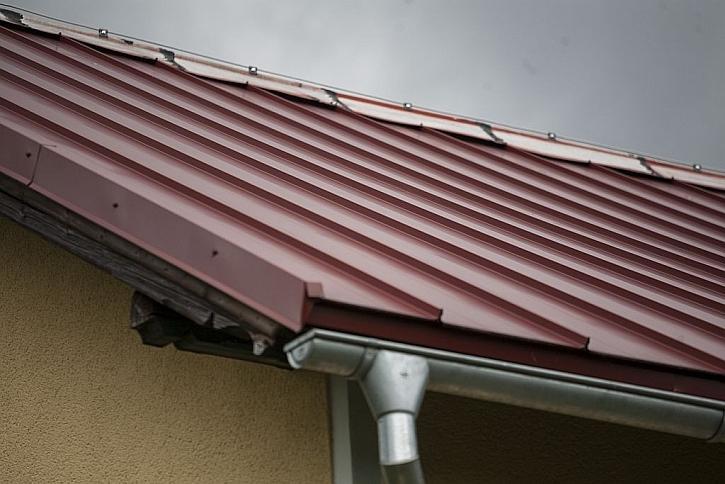 Špatný příklad kombinace kvalitní krytiny s levným plechem na hřebeni střechy. Životnost střechy se tímto krokem snižuje.