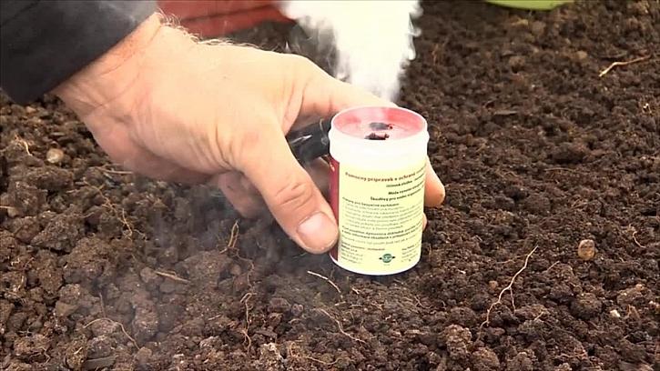 Dezinfekce skleníku pomocí dýmovnice