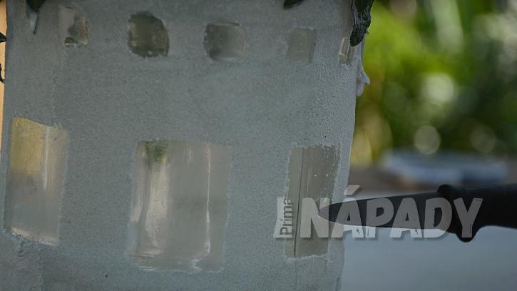 Jak udělat romantickou lucernu: nožem vyškrábejte okénka