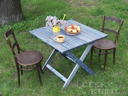 Vyrobte si zahradní stůl pro posezení ve stínu stromů