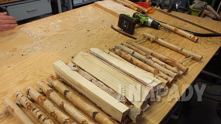Nosítko na dřevo: na natažené nosítko vyrovnáme polínka