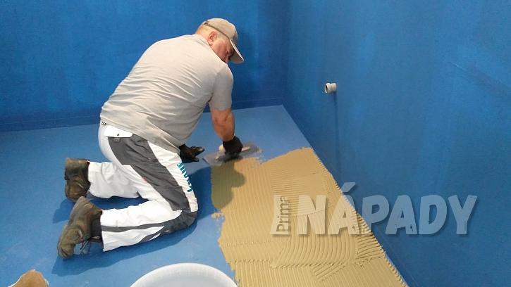 Hydroizolace koupelny: nanášení lepidla zubatou stěrkou