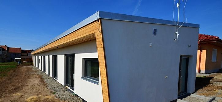 Stavíme pasiv: Jednoduchost, maximální využití každého prostoru, s velkým citem vytvořený prostor obývací části, jídelny a kuchyňského koutu, velké prosklené plochy oken v jednotlivých místnostech, to je stručná charakteristika nového domu.