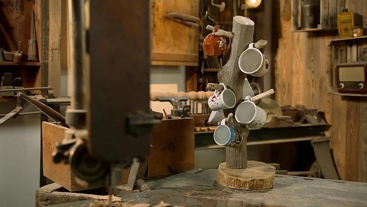 Jak si vyrobit praktický držák na hrnečky z obyčejné větve