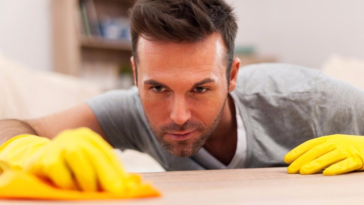8 super tipů pro chlapy, jak uklízet efektivně a možná i radostně
