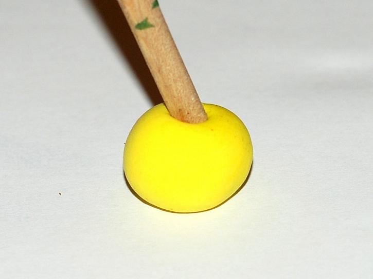 Výroba náušnic ve tvaru dýně na Halloween