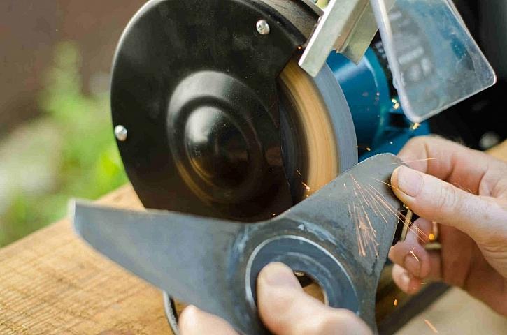 Broušení nožů zahradních strojů není až tak náročné, velmi důležité je ale následné perfektní vyvážení