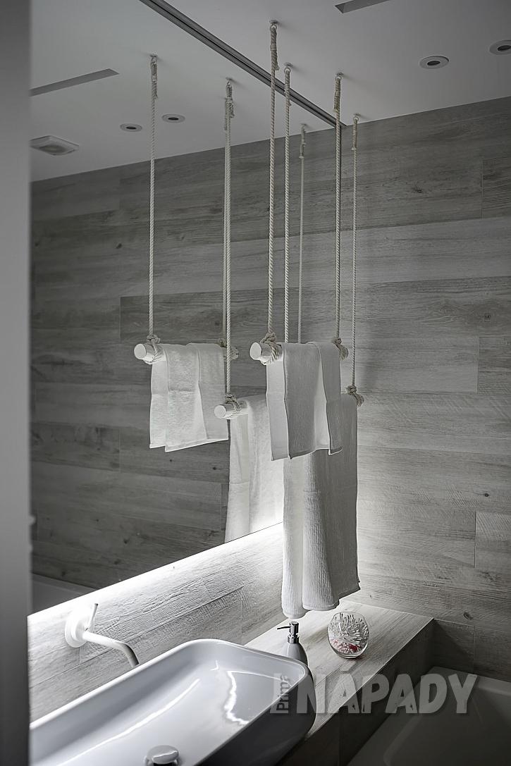 Závěsný držák a sušák na ručníky