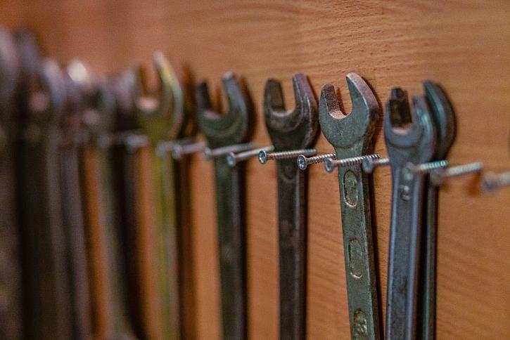 Příklad podomácku vytvořeného uspořádání klíčů na desku pomocí vrutů
