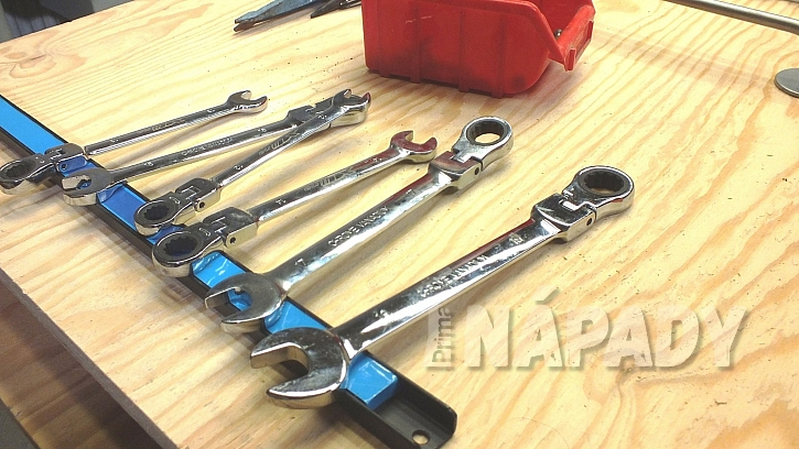 Stěna na nářadí: na magnetické lišty jde kovové nářadí snadno odložit