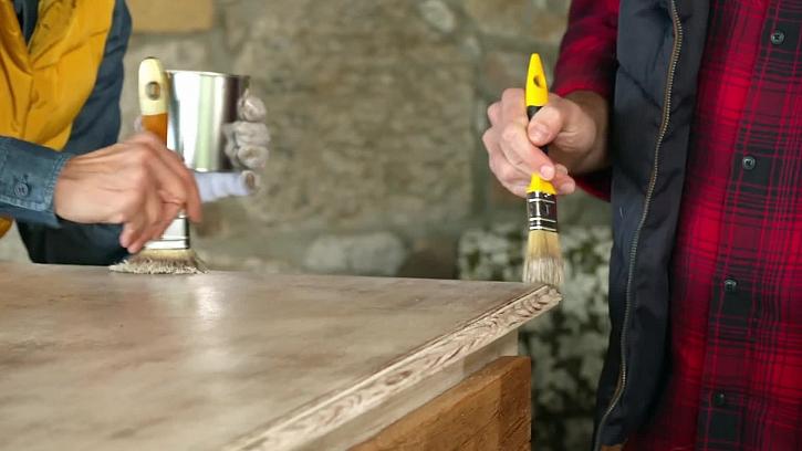 Natírání stolečku štětcem