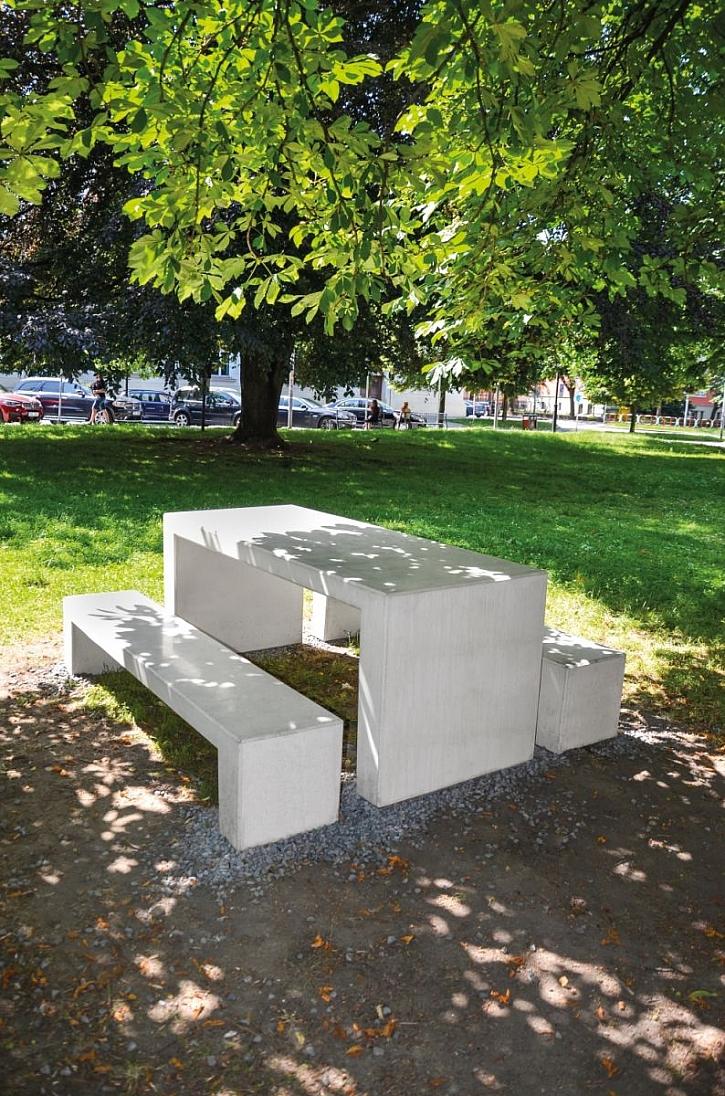 betonová lavička a stůl