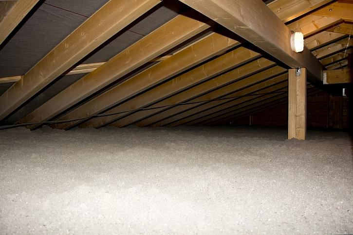 Nepochozí půdní prostor se izoluje s celulózovým materiálem Climatizer Plus na volno přímo na původní konstrukci.
