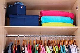 Tipy, jak v šatníku nastolit řád a pořádek