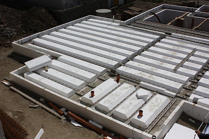 Výškou polystyrenové vložky lze ovlivnit tepelně izolační vlastnosti základové desky