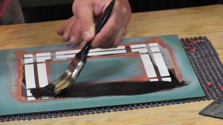 Dekorování zrcadla ze zadní strany: zadní stranu zrcadla  přetřeme krycí barvou