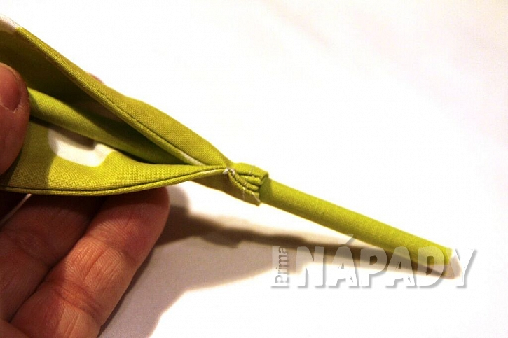 Jak ušít jednoduchou látkovou květinu: Tulipán vám vydrží ve váze stále čersvý 6