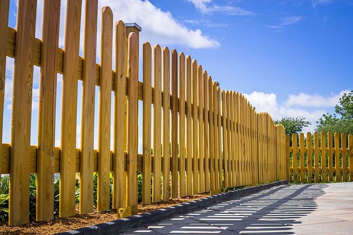 dřevěný plot z prken