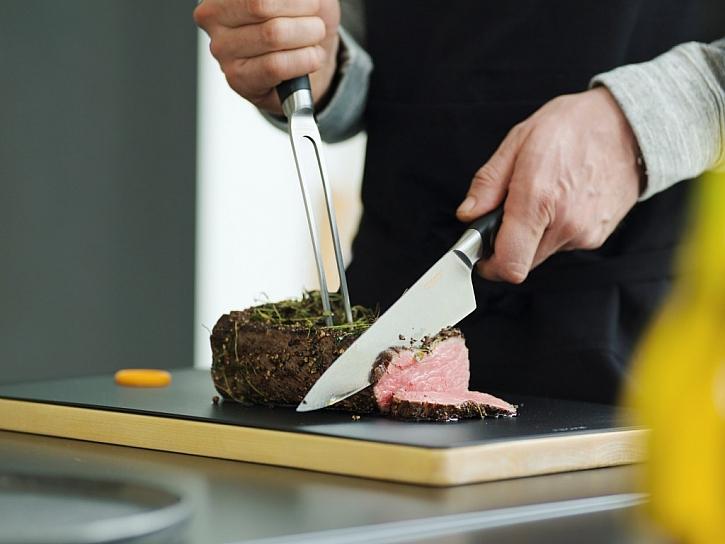 Velký kuchařský nůž Fiskars si hravě poradí s krájením větší zeleniny, ale i s porcováním drůbeže, masa a ryb.