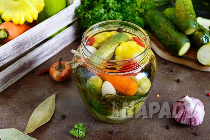 Nakládaná zelenina v pikantním nálevu: Okurky, cuketa i patison v jedné sklenici